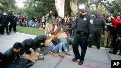 El agente de la policía de la Universidad de California rociando con gas pimienta a los estudiantes en noviembre de 2011.