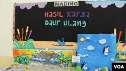 Hasil karya siswa-siswi TK hingga SMP Bright Kiddie Surabaya dengan menggunakan bahan-bahan daur ulang, dalam rangka memperingati Hari Bumi, 22 April 2014 (Foto: VOA/Petrus Riski)