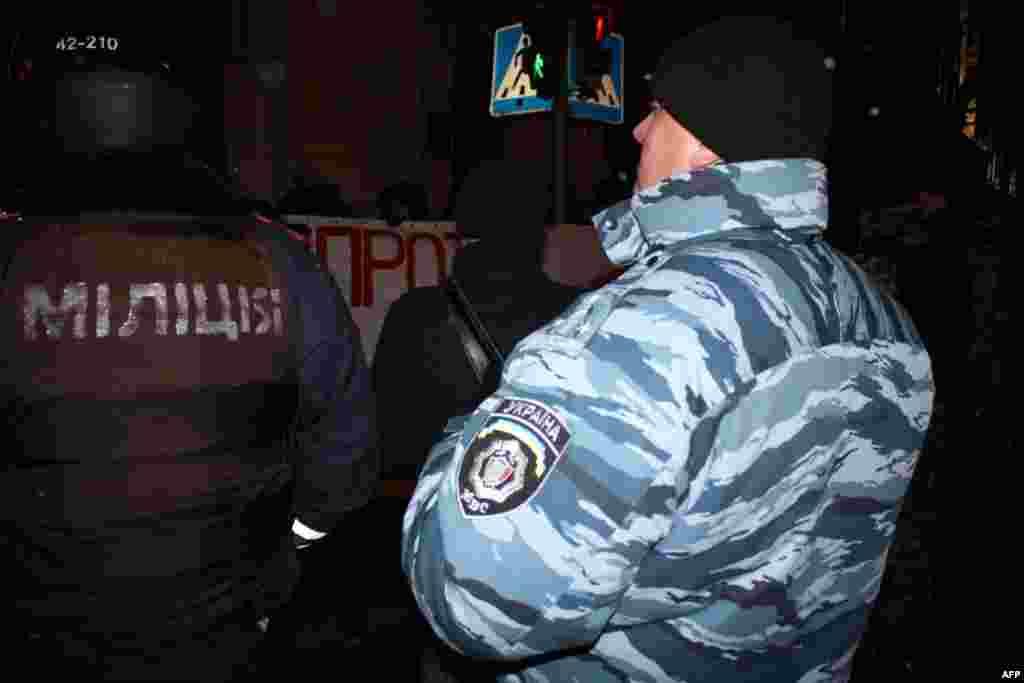 В мероприятии взяли участие около ста человек. Некоторые из них держали в руках фотографии убитой журналистки Анастасии Бабуровой