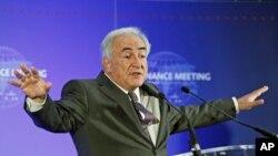 Shugaban Asusun IMF, Dominique Strauss-Kahn yana hira da 'yan jarida bayan taron manyan kasashe masu arzikin masana'antu na duniya cikin watan Fabrairu a Faransa
