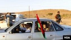 Penduduk Bani Walid meninggalkan kota yang menjadi kubu pro-Gaddafi, setelah serangan oleh NATO dan pasukan pemerintah sementara Libya (12/9).