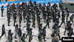 Các lực lượng an ninh được huy động đến trung tâm mua sắm Terminal 21 ở Bangkok để giải tán những người biểu tình, ngày 1/6/2014.