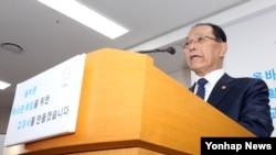 황우여 부총리 겸 교육부 장관이 12일 정부세종청사 교육부 공용브리핑룸에서 한국사 교과서 국정화를 발표하고 있다.