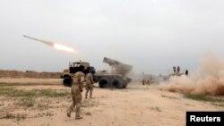 Binh sĩ Iraq bắn tên lửa về phía các chiến binh Nhà nước Hồi giáo ở Makhmour, phía nam Mosul, ngày 25/3/2016. Thành phố Mosul bị rơi vào tay Nhà nước Hồi giáo vào mùa hè năm 2014.