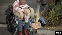 Un desamparado sin hogar pide dinero en la calle.