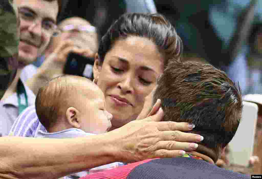 Michael Phelps embrasse sa fiancé Nicole Johnson et son bébé après sa victoire au 200 m papillon à Rio de Janeiro, Brésil, le 9 août 2016.