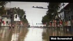 2021年10月8日,山西汾河新絳段決口,洪水湧向街道,老城被淹。(网络视频截图)
