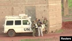 Des soldats français se trouvent près d'un véhicule de l'UE après l'attaque au Campement Kangaba a Dougourakoro, Mali, le 18 juin 2017.