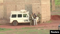Des soldats français se trouvent près d'un véhicule de l'ONU après l'attaque au Campement Kangaba a Dougourakoro, Mali, le 18 juin 2017.