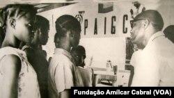 Amílcar Cabral com crianças