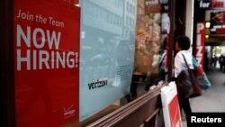 美國電信運營商Verizon5月10日在紐約市曼哈頓打招聘廣告。