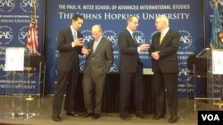Ông Jeff Bader (thứ hai từ bên trái) và các chuyên gia khác tại Ðại học John Hopkins, ngày 24/10/2012