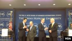 奥巴马阵营顾问巴德(左二)和罗姆尼阵营顾问弗里德伯格(右二)等外交政策专家10月24日在约翰•霍普金斯大学辩论中国政策。(美国之音杨晨拍摄)