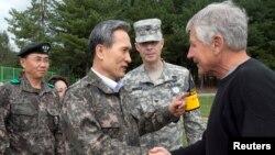 30일 비무장지대를 방문한 척 헤이글 미국 국방장관(오른쪽)이 김관진 한국 국방장관과 악수하고 있다.