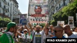 Des manifestants demandent la libération de Karim Tabbou à Alger, le 27 septembre 2019. (Photo by RYAD KRAMDI / AFP)