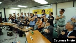 参加占中运动第二次商讨日记者会人士用手语表达让爱占领中环 (占中运动脸书图片)