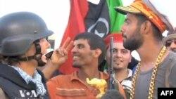 Lİbyalı isyancılar başkenti ele geçirmenin mutluluğunu yaşıyor