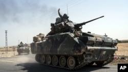 Pasukan Turki bergerak menuju perbatasan Suriah di Karkamis, Turki (27/8). Turki memberikan bantuan kepada pemberontak Suriah dapat merebut kembali kota Jarablus dari ISIS dengan mengirimkan tank-tank melintasi perbatasan ini.