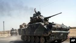 土耳其坦克开赴叙利亚边界。2016年8月27日