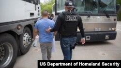 Nhân viên của Cơ quan Điều tra An ninh Nội địa thuộc Sở Di trú và Hải quan Hoa Kỳ (ICE) áp giải một nghi phạm ở Texas.