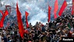 土耳其防暴警察在伊斯坦布爾用催淚瓦斯驅驅散示威民眾