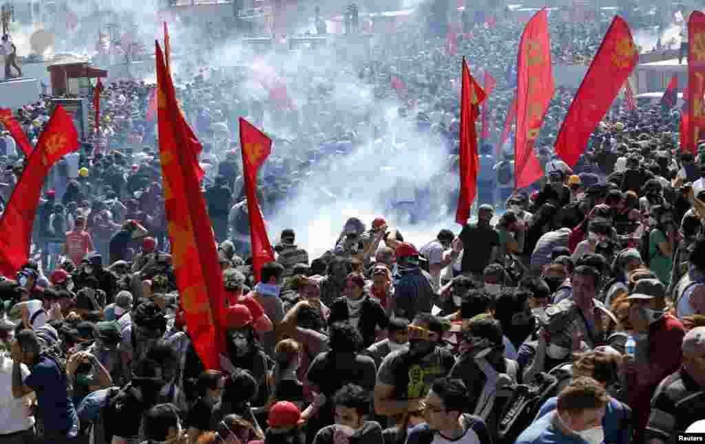 Cảnh sát chống bạo động sử dụng hơi cay để giải tán người biểu tình chống chính phủ tại Quảng trường Taksim ở trung tâm Istanbul, Thổ Nhĩ Kỳ, ngày 1/6/2013.