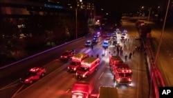 7月4日,紧急救援人员在西雅图5号州际高速公路汽车冲撞抗议人群事件发生现场处理情况。