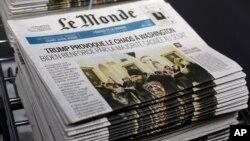 កាសែតបារាំង Le Monde ដែលនៅលើទំព័រមុខមានសេចក្តីរាយការណ៍ដែលមានចំណងជើងដែលបកប្រែជាភាសាខ្មែរថា «លោក Trump បង្កចលាចលនៅក្នុងរដ្ឋធានីវ៉ាស៊ីនតោន» ត្រូវបានគេមើលឃើញនៅទីស្នាក់ការកណ្តាលរបស់កាសែត Le Monde នៅទីក្រុងប៉ារីស កាលពីថ្ងៃទី៧ ខែមករា ឆ្នាំ២០២១។