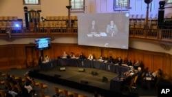 在倫敦舉行的維吾爾特別法庭第一次聽證期間,位於發言台左側及大屏幕左側的證人蓋爾比努爾·西迪克(Qelbinur Sidik)向獨立的維吾爾特別法庭陪審團作證據陳述。 (2021年6月4日)