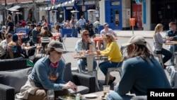 资料照片:随着新冠疫情限制措施的放松,人们在密歇根州安娜堡的一家餐馆用餐。(2021年4月4日)