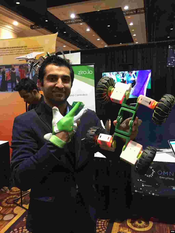 حامد بهروان: رباتی که دستم گرفته ام، رباتی است که با آن دستکش که پوشیده ام کنترل میشود و تنها با حرکات طبیعی دست در هوا.