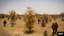 法国士兵4月10日参与在马里北部搜素激进分子的军事行动