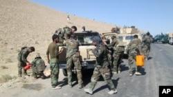 Lực lượng an ninh Afghanistan trên đường tới Kunduz, Afghanistan, để chống lại các chiến binh Taliban ngày 1/10/2015.