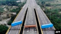 Pogled iz vazduha na most Tienditas, na granici između kolumbijskog grada Kukuta i venecuelanskog Tačira, nakon što su ga venecuelanske vlasti blokirale kontejnerima, 6. februara 2019.