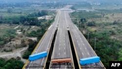 Vue aérienne du pont Tienditas, à la frontière entre Cucuta (Colombie) et Tachira (Venezuela), que les forces militaires vénézuéliennes ont bloqué avec des conteneurs le 6 février 2019