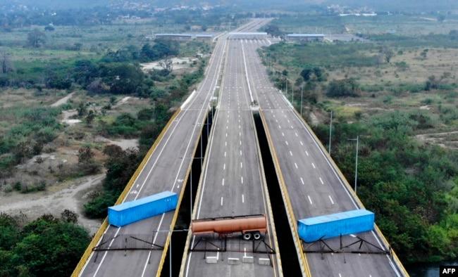 委内瑞拉当局封锁哥伦比亚和委内瑞拉之间的桥梁,不让人道救援物资进入。
