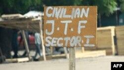 Un panneau près d'un poste de contrôle d'un groupe d'autodéfense indique Civilian J.T.F ou Civilian Joint Task Force à Maiduguri, près de la frontière tchadienne, le 19 juillet 2013.