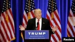 Ứng cử viên tổng thống Đảng Cộng hòa Donald Trump đọc bài diễn văn trong một sự kiện vận động tranh cử tại Khách sạn Trump Soho ở Manhattan, New York, ngày 22 tháng 6 năm 2016.