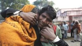 Một người đàn ông Ấn Độ có 2 người thân chết trong vụ giẫm đạp tại một ga xe lửa khóc than trước nhà xác ở Allahabad, Ấn Độ, ngày 11/2/2013.