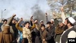 Para demonstran Afghanistan meneriakkan slogan-slogan anti Amerika setelah pasukan NATO membakar al-Quran (22/2).