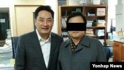 북한 김정은 제1위원장의 이모 고영숙 씨 남편인 리강(오른쪽)씨가 한국 내 탈북자들을 상대로 소송을 제기하기 위해 지난달 30일 강용석 변호사를 찾아왔다고 강용석 변호사 측이 밝혔다. 사진 제공=강용석 변호사.