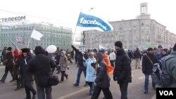 2012年2月莫斯科大规模反普京示威中,示威者手举脸书旗帜。