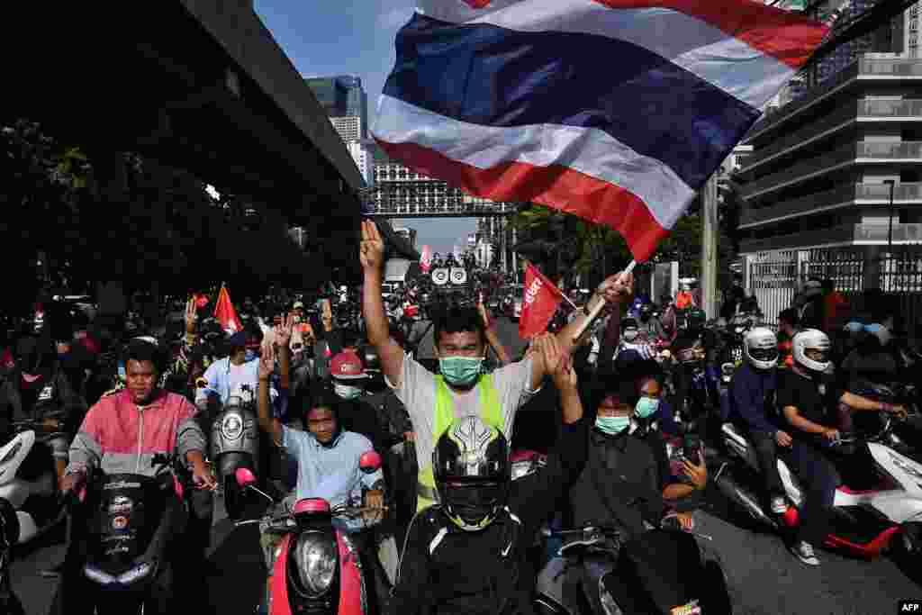 태국 방콕의 시위대가 정부의 코로나 사태 대응에 항의하며 쁘라윳 짠오차 총리의 사임을 요구하는 시위를 벌였다.