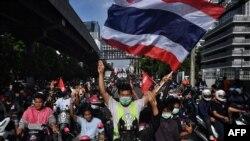 រូបឯកសារ៖ បាតុករគាំទ្រលទ្ធិប្រជាធិបតេយ្យម្នាក់គ្រវីទង់ជាតិថៃឡើងក្នុងអំឡុងពេលធ្វើបាតុកម្មទាមទារឲ្យលោកនាយករដ្ឋមន្ត្រី Prayut Chan-O-Cha លាលែងពីតំណែង ទីក្រុងបាងកក ប្រទេសថៃ ថ្ងៃទី១១ ខែសីហា ឆ្នាំ២០២១។