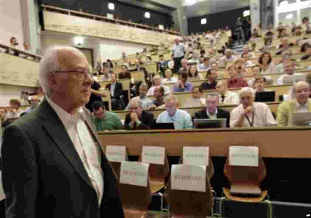 Ahli fisika asal Inggris Peter Higgs, yang pertama kali menyusun teori tentang keberadaan partikel boson 40 tahun lalu, menghadiri seminar ilmiah dekat Jenewa menyusul penemuan partikel subatom yang disebut 'Partikel Tuhan' itu pada 4 Juli 2012.