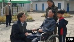 Ông Stephen Linton nói chuyện với một bệnh nhân bị bệnh lao ở Bắc Triều Tiên
