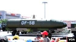 中国在9.3大阅兵的武器装备环节上,压轴出场的东风5B是目前中国唯一能够直接打击美国全境的洲际导弹。(美国之音东方拍摄 2015年9月3日 )