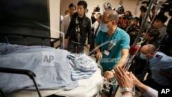 홍콩 유력지 명보의 케빈 라우 춘-토 전 편집장이 26일 괴한의 공격을 받은 직후 병원으로 옮겨졌다.