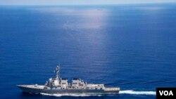ກຳປັ່ນລົບ ສະຫະລັດ USS Lassen ປະຕິບັດງານ ຢູ່ເຂດນ່ານນໍ້າສາກົນ ໃນທະເລຈີນໃຕ້.