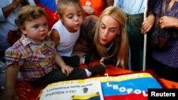 Lilian Tintori, celebra el cumpleaños de su esposo en las calles de Venezuela, en medio de cientos de protestantes por la libertad de Leopoldo López.